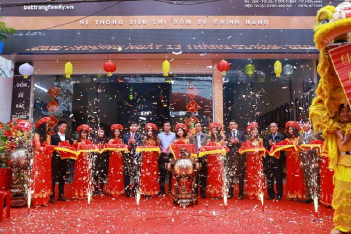 BatTrang Family Mart chi nhánh Hòa Bình trong ngày khai trương.