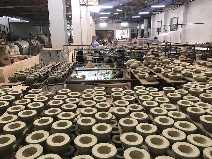 Bên trong lò sản xuất gốm sứ Bát Tràng
