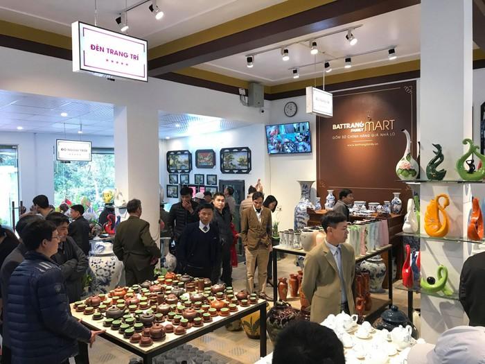 sản phẩm gốm sứ Bát Tràng được bày bán trong BatTrang Family Mart